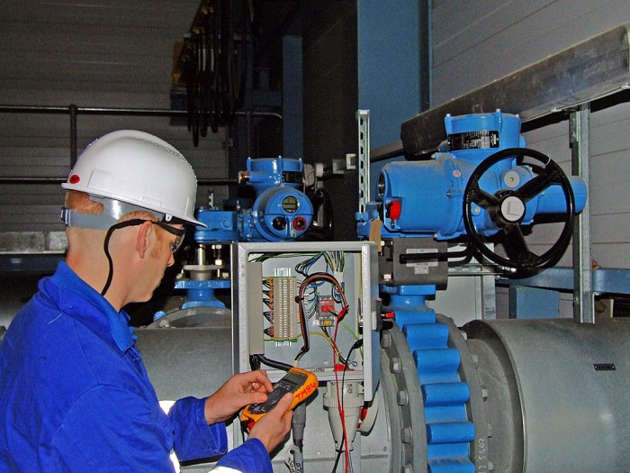 Kiểm tra điện áp để đảm bảo hành trình của van